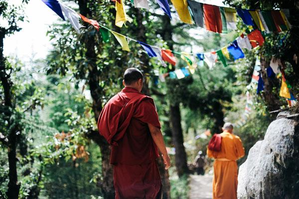Bilde av buddister som vandrer