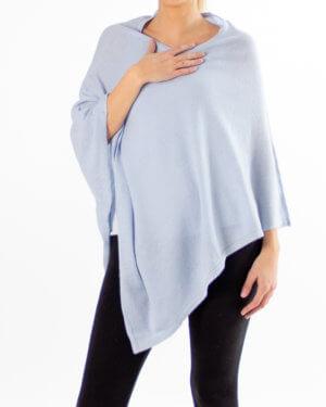 Lys blå poncho av kasjmir / cashmere uten knapper