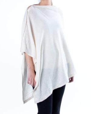 Hvit poncho med knaptter av cashmere / kasjmir