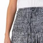 Hvit og sort haremsbukse for bruk i yoga